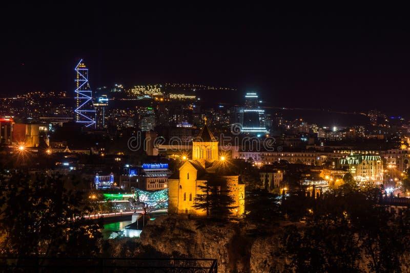 Catedral y buldings modernos en tiflis en la noche fotografía de archivo