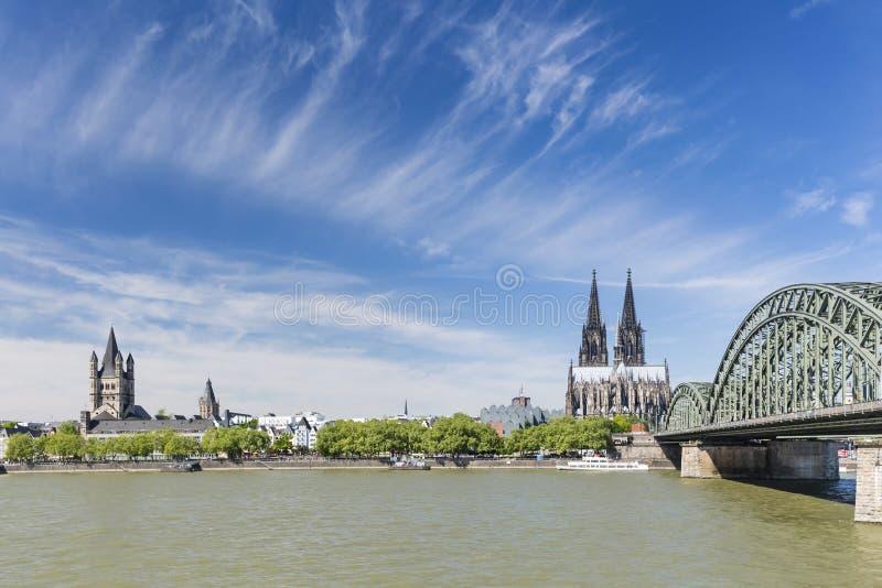 Catedral y gran St Martin Church, Alemania de Colonia fotos de archivo