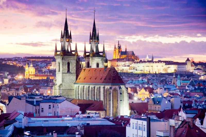 Catedral y la vieja UNESCO de la ciudad, Praga, República Checa, visión de Tyn desde la puerta del polvo foto de archivo
