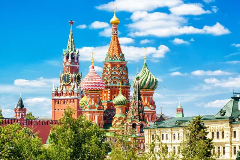 Catedral y Moscú el Kremlin del ` s de la albahaca del St fotos de archivo