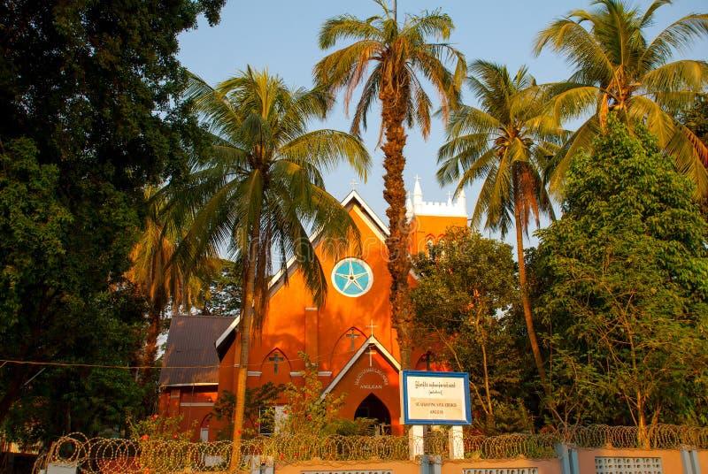 Catedral y palmeras católicas Mawlamyine myanmar birmania imagen de archivo