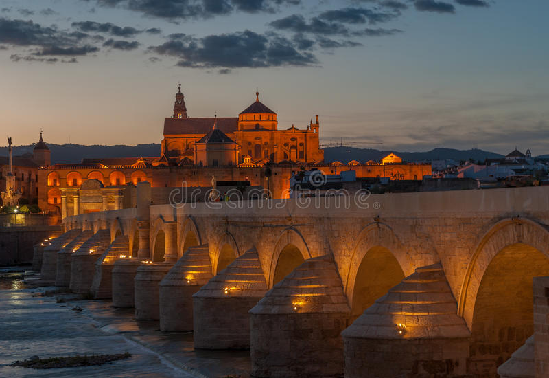 Catedral y puente romano, Córdoba, España de Mezquita fotografía de archivo