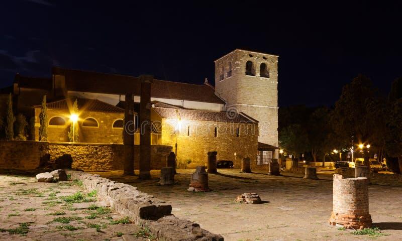 Catedral y Roman Ruins de San Giusto en Trieste en la noche fotografía de archivo libre de regalías