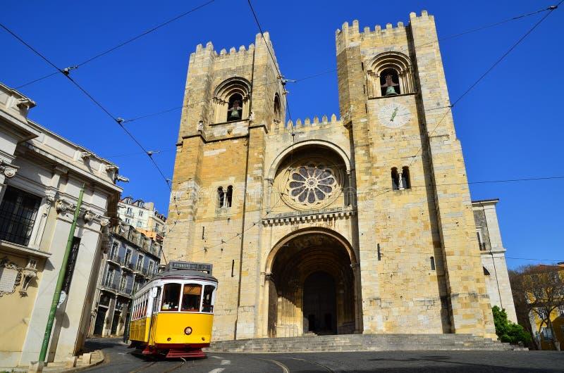 Catedral y tranvía amarilla, Lisboa del SE en Portugal imagenes de archivo