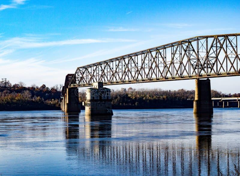 Catena del ponte delle rocce sopra il fiume Mississippi fotografie stock libere da diritti