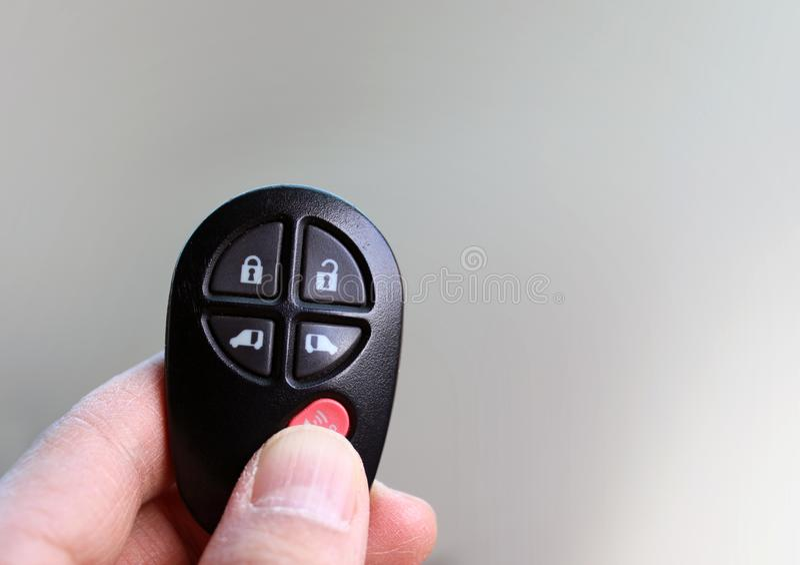 CATENA DELL'OROLOGIO a distanza di chiave dell'automobile con le mani fotografia stock