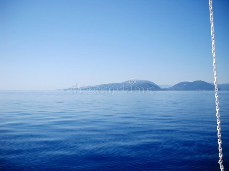 Catena di bianco contrariamente a vista sul mare blu fotografie stock
