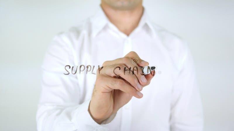 Catena di fornitura, scrittura dell'uomo sul vetro fotografia stock libera da diritti