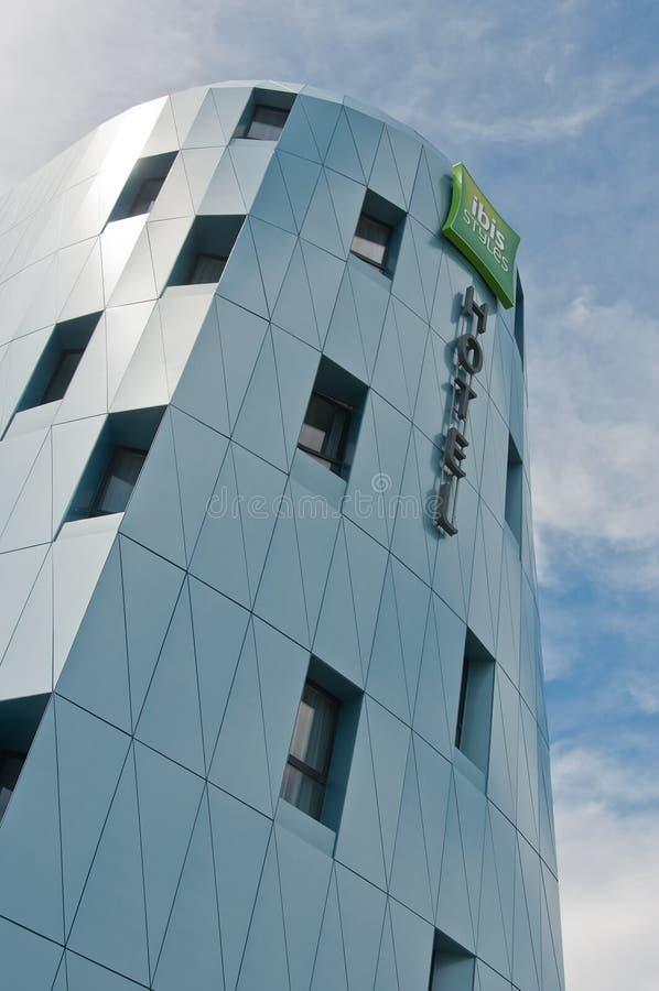 Catena di hotel francese del ` dell'hotel dell'ibis del ` in una costruzione moderna fotografie stock