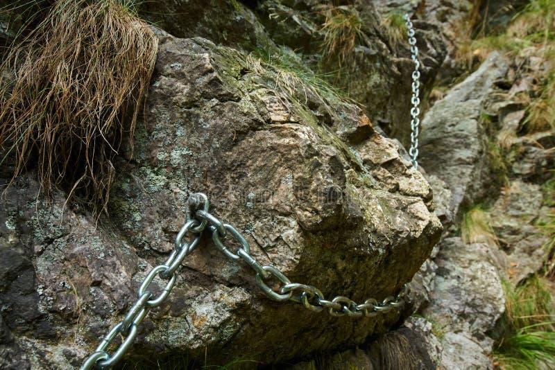 Catena di sicurezza su una traccia di montagna pericolosa fotografie stock libere da diritti