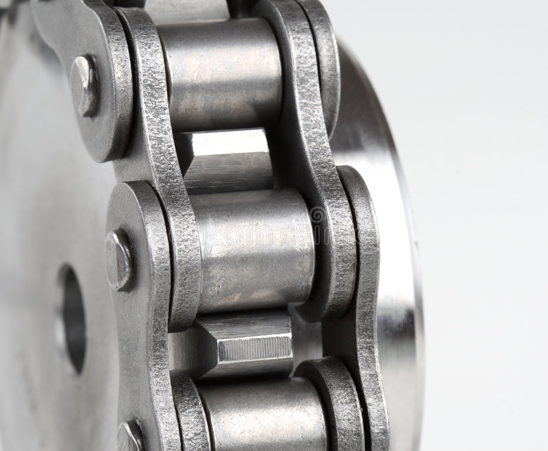 Catena a maglia del metallo e ruota dentata immagini stock libere da diritti
