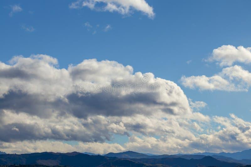 Catena montuosa in bel tempo in nuvole di pioggia di contrapposizione prima della pioggia fotografie stock