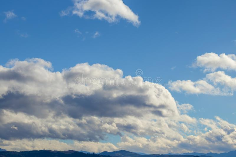 Catena montuosa in bel tempo in nuvole di pioggia di contrapposizione prima della pioggia fotografie stock libere da diritti