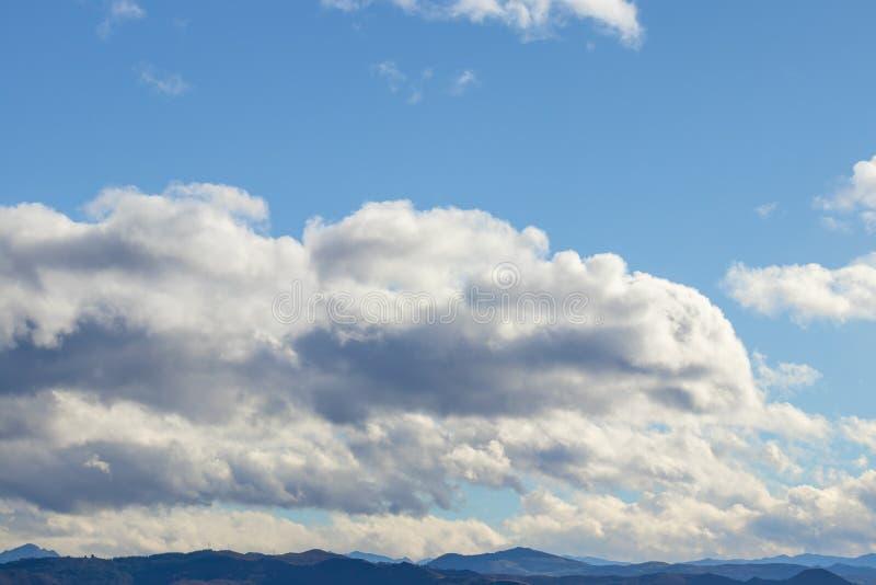 Catena montuosa in bel tempo in nuvole di pioggia di contrapposizione prima della pioggia fotografia stock libera da diritti