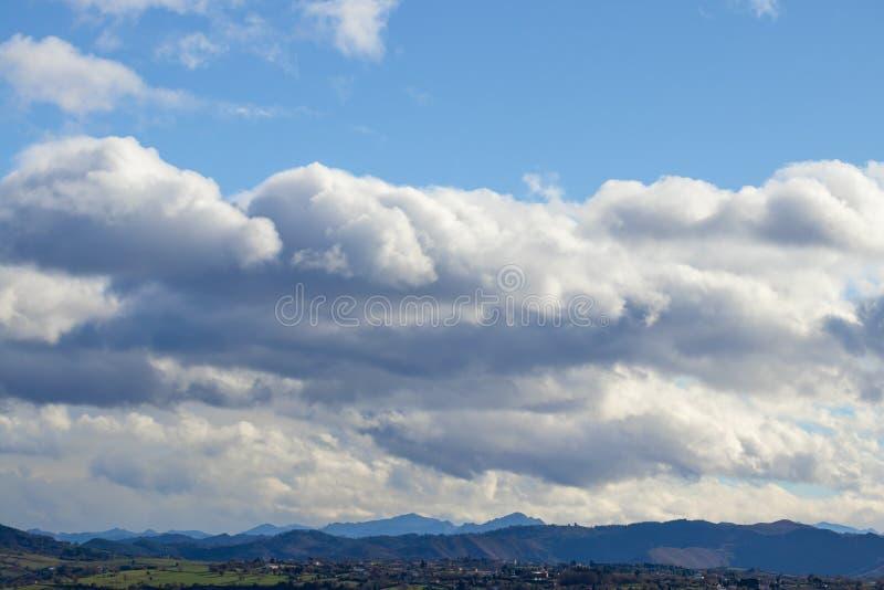 Catena montuosa in bel tempo in nuvole di pioggia di contrapposizione prima della pioggia immagine stock