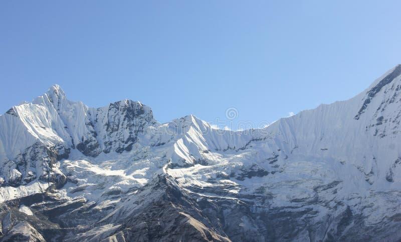 Catena montuosa di Annapurna coperta di neve immagini stock