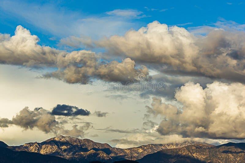 Catena montuosa di San Gabriel con cloudscape e cielo blu immagine stock
