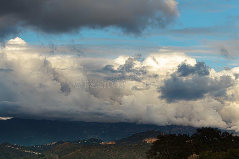 Catena montuosa di San Gabriel con cloudscape e cielo blu fotografie stock
