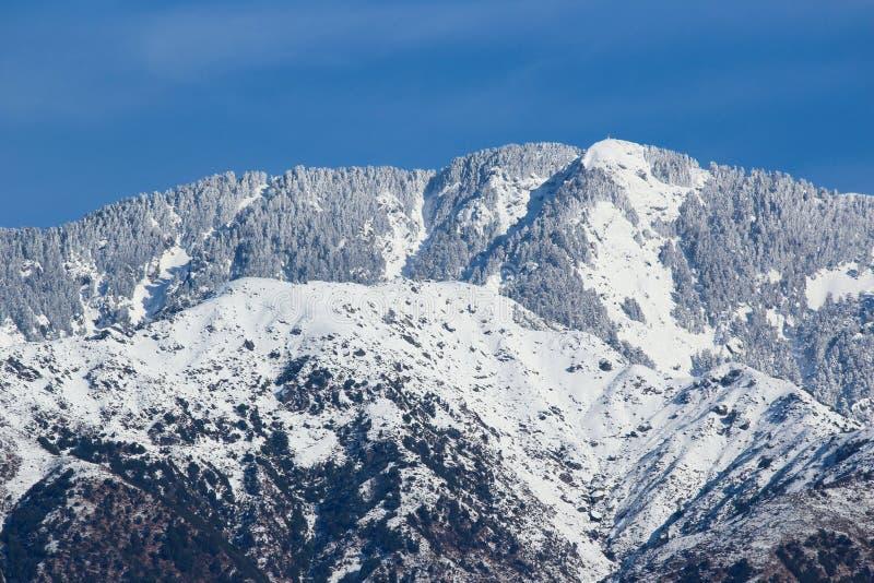 Catena montuosa dopo le precipitazioni nevose fresche fotografie stock