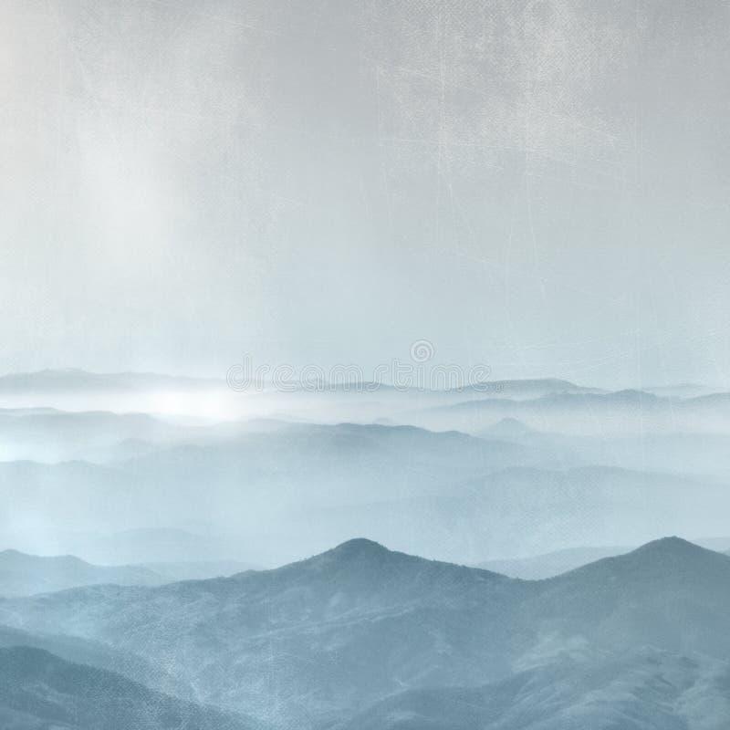 Catena montuosa nella nebbia - fondo di orizzonte nello stile d'annata blu grigio immagini stock