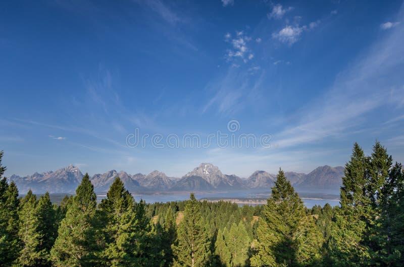 Catena montuosa sotto cielo blu immagini stock libere da diritti