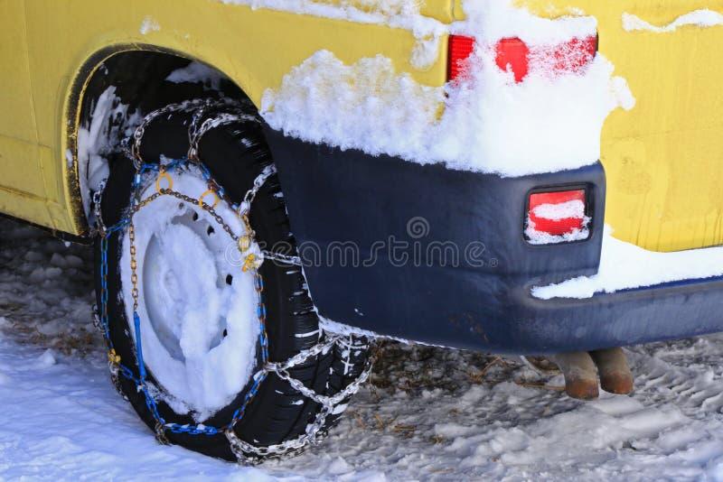Catene di neve (catene da neve) allegate alle ruote motrici fotografia stock