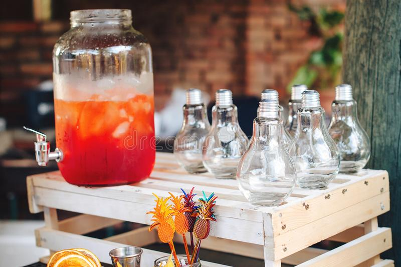 Catering Geschäft, Catering Getränke auf Sommerfest Verpflegungstabelle mit modischen Gläsern, große Flasche Limonade O stockfoto