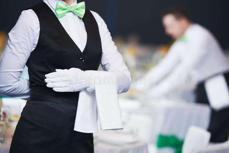 Catering Kellnerin im Dienst im Restaurant stockbilder