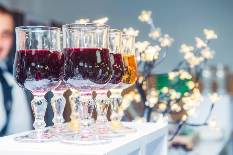 Cateringslijst met alcoholische en niet-alkoholische dranken op de bedrijfsgebeurtenis in de hotelzaal De dienst op commerciële v royalty-vrije stock afbeelding