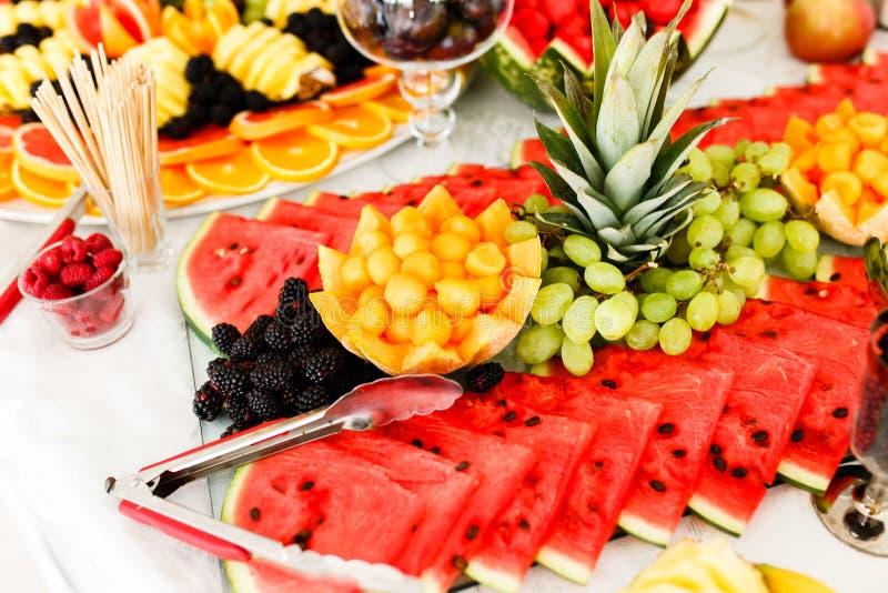 Cateringslijst met Verschillend Soort Vruchten royalty-vrije stock afbeeldingen