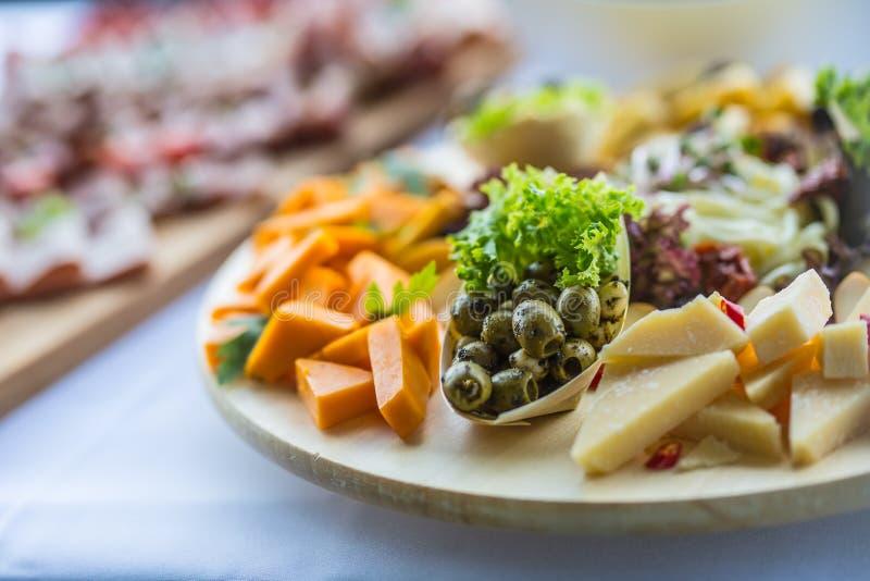 Cateringsvoedsel op houten raad in hotel of restaurant royalty-vrije stock fotografie