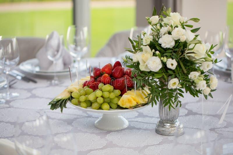 Cateringu bankieta ślubny stół przy przyjęciem Restauracyjna prezentacja, karmowy spożycie, partyjny pojęcie Owocowy skład zdjęcie royalty free