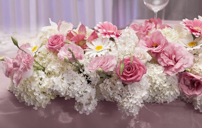 Cateringu przygotowania ślub z świeżymi kwiatami fotografia stock