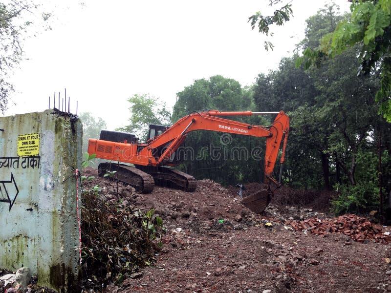 Caterpillar drivande hydrauliskt grävskopaarbete på mumbai för Siddharth den nagar Kalyan easttner maharashtraen arkivbilder