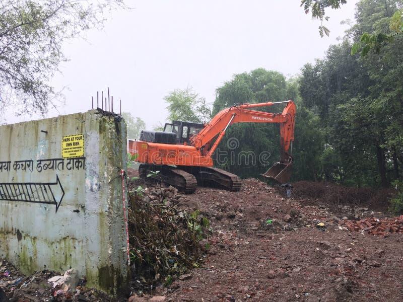 Caterpillar drivande hydrauliskt grävskopaarbete på mumbai för Siddharth den nagar Kalyan easttner maharashtraen arkivfoto