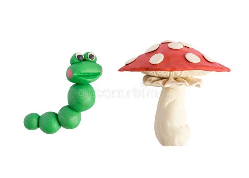 Caterpillar e o amanita moldaram da criança do plasticine isolada no fundo branco Cogumelo de Caterpillar e do cogumelo do plasti ilustração do vetor