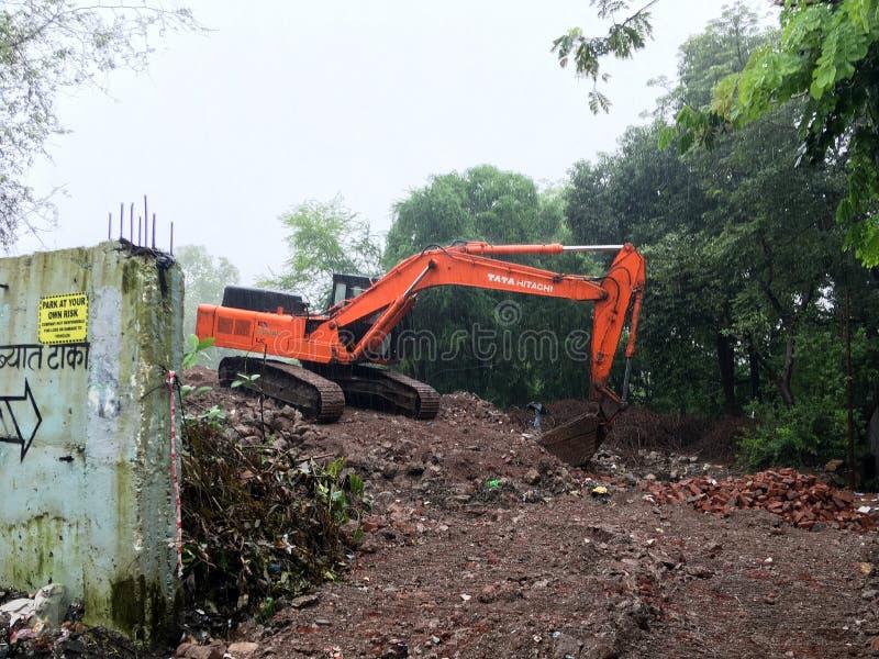 Caterpillar gedreven hydraulisch graafwerktuig die bij nagar Kalyan eastt ner mumbaimaharashtra van Siddharth werken stock afbeelding