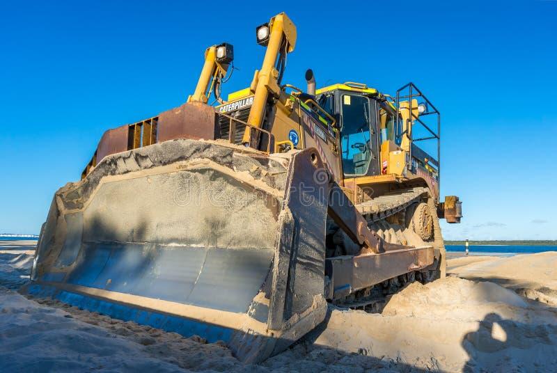 Caterpillar Caterpillar Caterpillar Heavy Duty Dozer mit Metallschaufel in Sand stockbild
