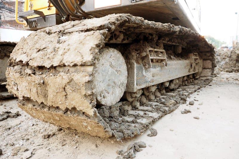 Caterpillar-tractor die van lader in aanbouw werken stock fotografie