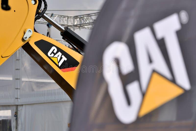 Caterpillar tungt utrustningmedel och logo royaltyfri foto