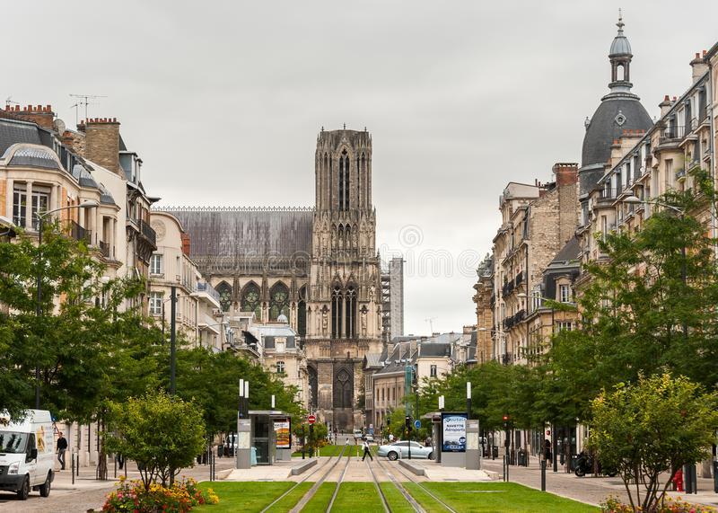 Cathédrale Notre-Dame de Reims Frankrike på en molnig dag royaltyfri fotografi