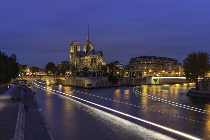 Cathédrale Notre-Dame de Paris under skymningtid fotografering för bildbyråer