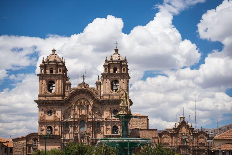Cathédrale étroite dans Cusco, Pérou photographie stock libre de droits