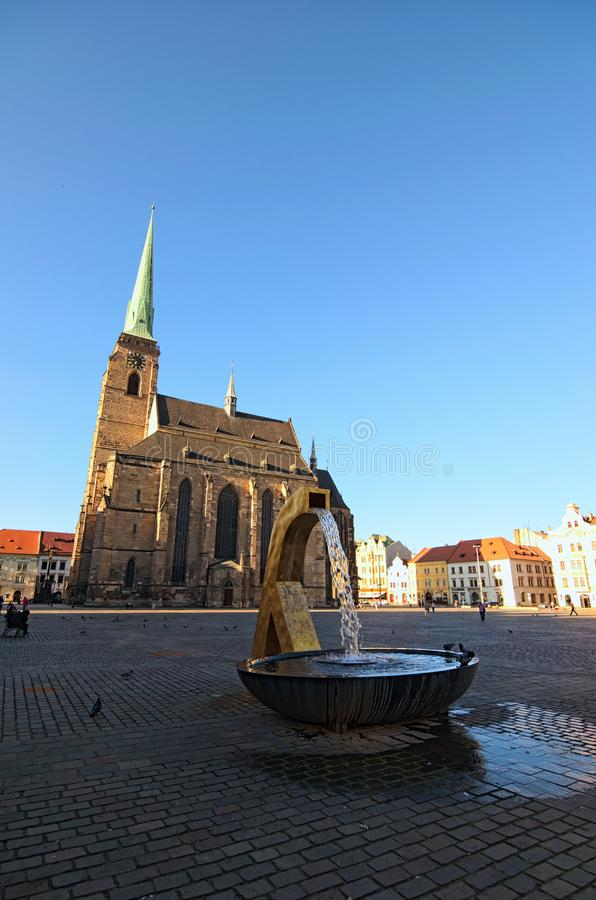 Cathédrale antique de St Bartholomew à la place de la République à Pilsen Plzen Fontaine dans le premier plan photos stock