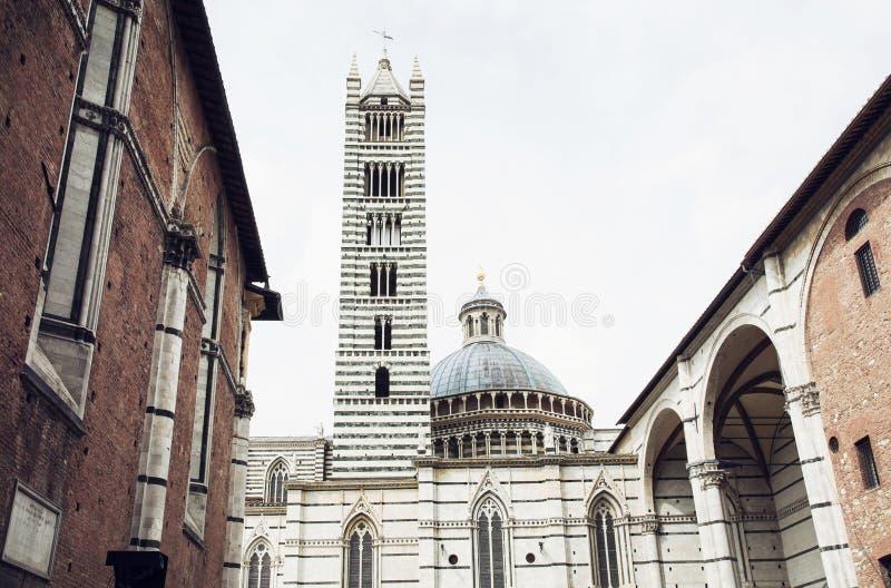 Cathédrale avec la tour de cloche à Sienne, Italie image stock