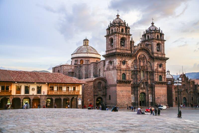 Cathédrale célèbre dans le coucher du soleil dans Cuzco, Pérou images libres de droits
