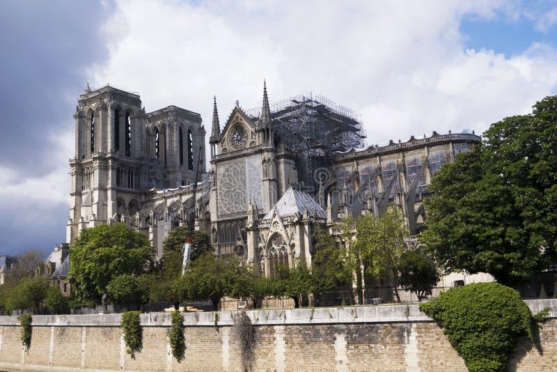 Cathédrale catholique médiévale de Notre-Dame de Paris après le feu Travail de r?novation image libre de droits