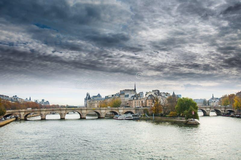 Cathédrale d'après-midi ensoleillé d'automne de Notre Dame de Paris photos libres de droits
