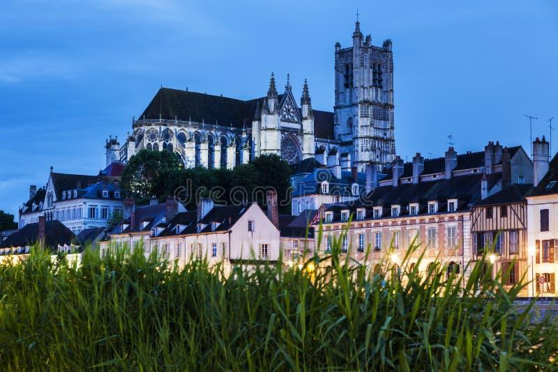 Cathédrale d'Auxerre à travers la rivière de la Yonne photographie stock libre de droits