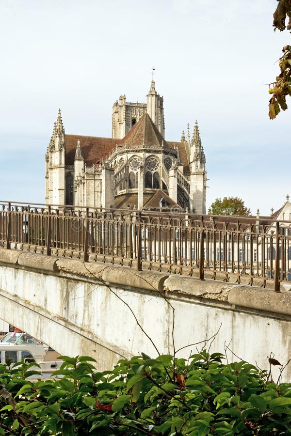 Cathédrale d'Auxerre, vue par une banque de la Yonne photographie stock libre de droits